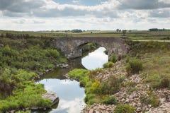 Puente de piedra del arco escénico foto de archivo libre de regalías