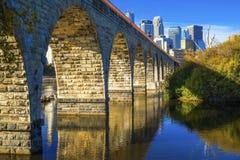Puente de piedra del arco, horizonte de Minneapolis Imagenes de archivo