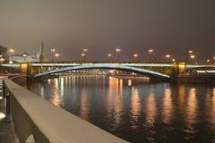 Puente de piedra del puente de Bolshoy Kamenny mayor en la noche fotografía de archivo libre de regalías