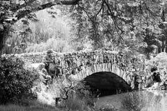 Puente de piedra en blanco y negro Foto de archivo libre de regalías