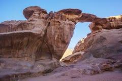 Puente de piedra en el desierto de Wadi Ram jordania fotos de archivo libres de regalías