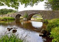 Puente de piedra en el parque nacional de Dartmoor en Inglaterra Foto de archivo