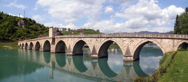 Puente de piedra en el río Drina, Bosnia imágenes de archivo libres de regalías