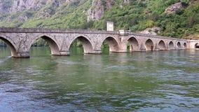 Puente de piedra en el río Visegrado Bosnia de Drina almacen de metraje de vídeo