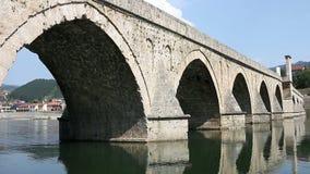 Puente de piedra en el río Visegrado de Drina metrajes