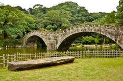 Puente de piedra en jardín japonés Fotos de archivo libres de regalías