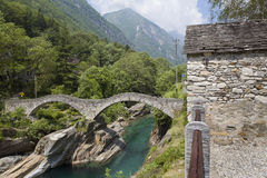 Puente de piedra en Lavertezzo, valle de Verzasca fotografía de archivo