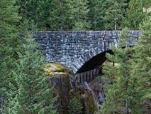 Puente de piedra en país fotos de archivo