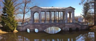 Puente de piedra en Tsarskoye Selo cerca de St Petersburg Foto de archivo libre de regalías