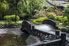 Puente de piedra en un jardín chino foto de archivo libre de regalías