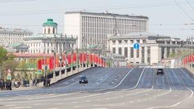 Puente de piedra grande con las banderas rojas Foto de archivo
