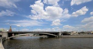 Puente de piedra grande de Bolshoy Kamenniy Visión desde el terraplén del río de Moscú, Rusia fotos de archivo libres de regalías