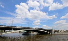 Puente de piedra grande de Bolshoy Kamenniy Visión desde el terraplén del río de Moscú, Rusia imágenes de archivo libres de regalías