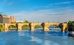 Puente de Piedra i Zaragoza, Spanien Arkivfoto