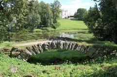 Puente de piedra jorobado Parque de Pavlovsky La ciudad de Pavlovsk fotos de archivo libres de regalías
