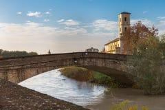 Puente de piedra sobre el río y campanario antiguo en Colorno, Parma, región de Emilia Romagna, Italia imagen de archivo libre de regalías