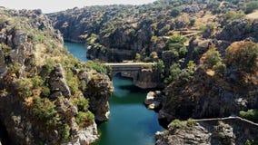 Puente de piedra a través de las montañas Imágenes de archivo libres de regalías