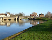 Puente de piedra a través del río imagen de archivo libre de regalías