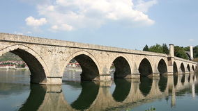 Puente de piedra viejo en el río Visegrado de Drina almacen de video