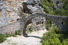 Puente de piedra viejo en Grecia Foto de archivo libre de regalías