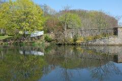 Puente de piedra y reflexiones de la charca Fotos de archivo libres de regalías