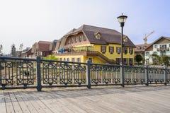 Puente de Planked cerca de edificios exóticos por tarde soleada del invierno Foto de archivo