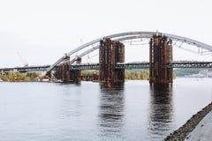 Puente de Podilsko-Voskresenskyi en Kyiv Fotos de archivo libres de regalías
