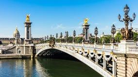 Puente de Pont Alejandro III con DES Invalides del hotel París, franco Imagen de archivo
