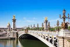 Puente de Pont Alejandro III con DES Invalides, París, franco del hotel Foto de archivo