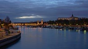 Puente de Pont Alejandro III sobre la jábega del río y el tejado del vidrio del ` magnífico de Palais del ` en París en la noche Imagen de archivo