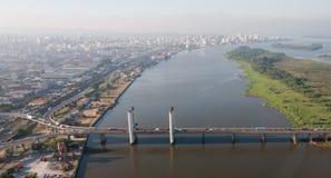 Puente de Porto Alegre y río de Guaiba Imágenes de archivo libres de regalías