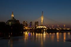 Puente de Provencher y museo canadiense de los derechos humanos que igualan noche Imagenes de archivo