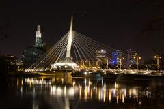 Puente de Provencher y museo canadiense de los derechos humanos que igualan noche Fotos de archivo libres de regalías
