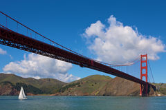 Puente de puerta de oro con el barco de navegación Imagen de archivo libre de regalías