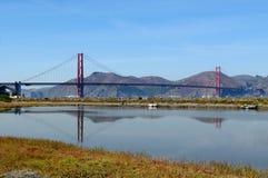 Puente de puerta de oro con la reflexión Fotos de archivo