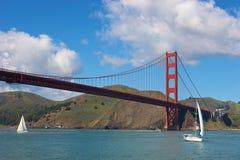 Puente de puerta de oro con los barcos de navegación Imágenes de archivo libres de regalías