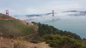 Puente de puerta de oro con niebla fotografía de archivo