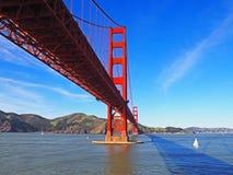 Puente de puerta de oro de debajo Fotos de archivo libres de regalías
