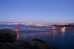 Puente de puerta de oro después de la puesta del sol Fotos de archivo