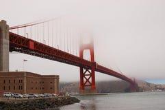 Puente de puerta de oro en la niebla Imagenes de archivo