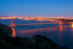 Puente de puerta de oro en la noche Fotos de archivo