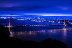 Puente de puerta de oro en la noche Imagenes de archivo