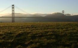 Puente de puerta de oro en la oscuridad con venir de la niebla Foto de archivo libre de regalías