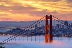 Puente de puerta de oro en niebla fotos de archivo libres de regalías