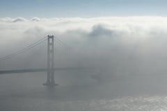 Puente de puerta de oro en niebla Foto de archivo