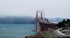 Puente de puerta de oro en niebla Imágenes de archivo libres de regalías