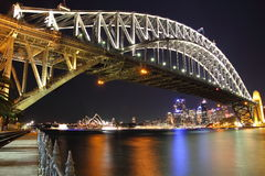 Puente de puerto de Sydney con el teatro de la ópera en la noche Imágenes de archivo libres de regalías