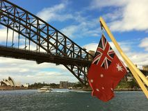 Puente de puerto de Sydney con la bandera naval australiana Fotos de archivo