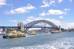 Puente de puerto de Sydney con los transbordadores Foto de archivo