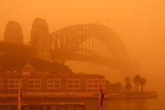 Puente de puerto de Sydney durante tormenta de polvo extrema. Foto de archivo libre de regalías